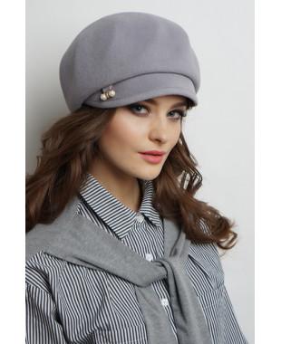 Женская кепка на основе берета из велюра с декором в шлевке