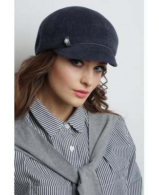 Женская кепка из велюра с кожаным пояском
