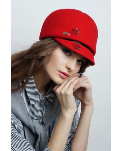 Женская кепка из фетра с рельефами и трансферами