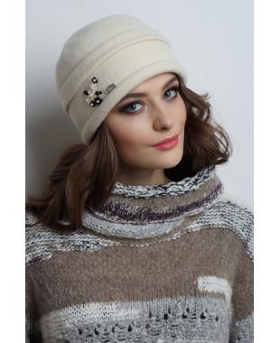 Женская шапочка из войлока с защипом и композицией из цветочков