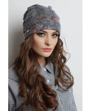 Женская трикотажная шапочка мягкой формы с отворотом и абстракцией сзади