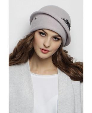 Женская шапочка с отлетной деталью и кружевом