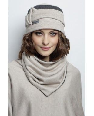 Женская трикотажная двойная шапочка с кожаным лейблом