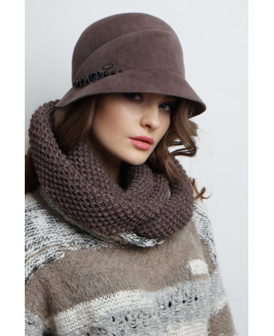 Женская шляпка из велюра с отделкой тесьмой с жемчужинами