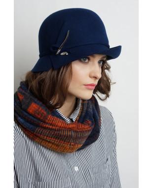 Женская шляпка из фетра с полем вверх и брошкой