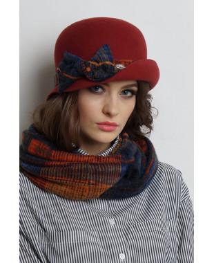 Женская шляпка из фетра с полем вверх и отделкой из трикотажа