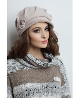 Женская шляпка на основе берета из войлока с декором из шнура и бусин