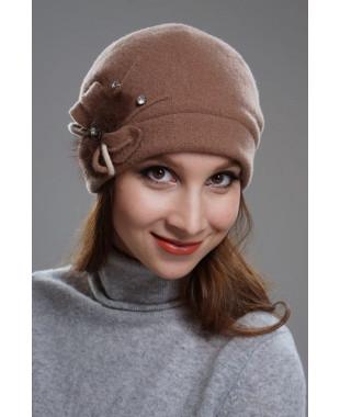 Женская шапочка мягкой формы на подкладе с меховой отделкой