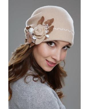 Женская шапочка мягкой формы  с декором из фильца