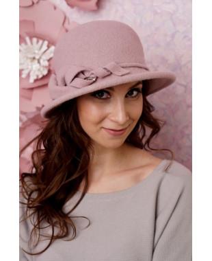 Женская шляпка с красивой лилией
