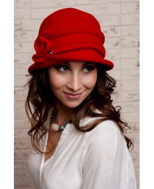 Женская шляпка с завитком из войлока