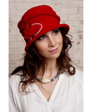 Женская шляпка с драпированной тульей и бантиком с узлом