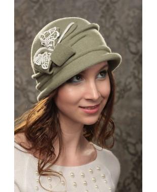 Женская шляпка с композицией из кружева