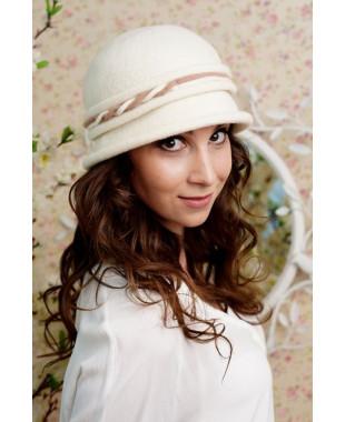 Женская шляпка с маленьким полем и плетеным пояском