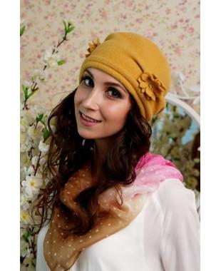 Женская шапочка мягкой формы с многослойными цветочками