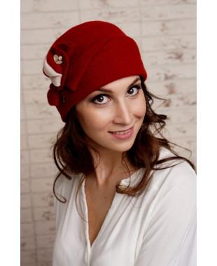 Женская шапочка  с брошкой из войлока