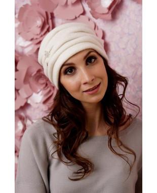 Женская шапочка  с буфами и брошкой