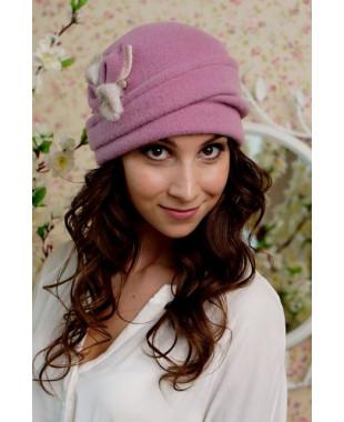 Женская шапочка  с отворотом и меховыми лепестками