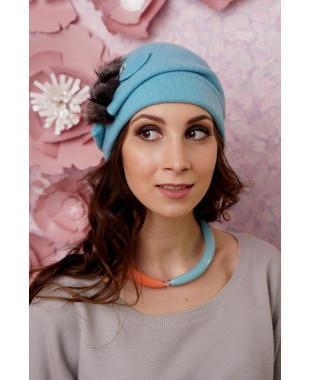 Женская шапочка на подкладе с меховой веточкой и кристаллами