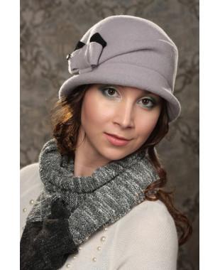 Женская шляпка с бантом и кристаллом