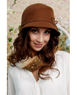 Женская шляпка из фетра с пояском и лепестками