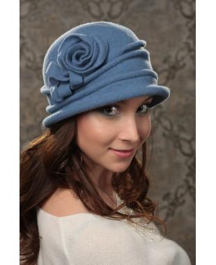 Женская шляпка с защипами и красивой розой