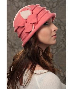Женская шляпка с защипами и двухцветным декором