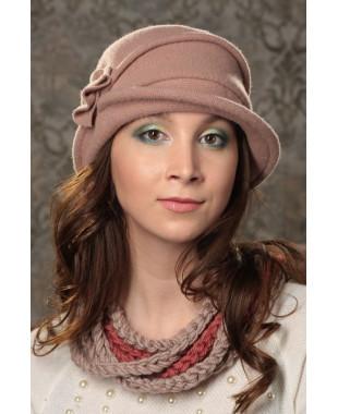 Женская шляпка с притачным полем