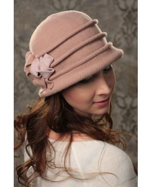 Женская шляпка с защипами и розами по спирали