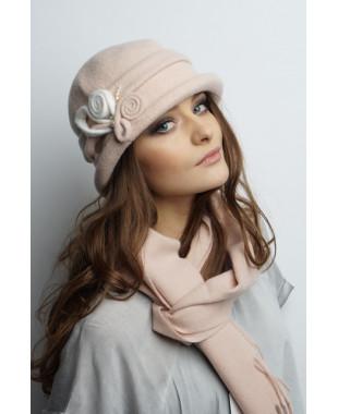 Женская шапочка из войлока с цветочками и бусинами
