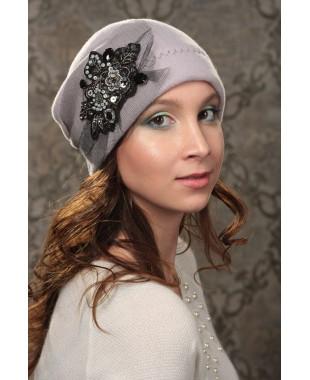 Женская шапочка мягкой формы с сеткой и аппликацией