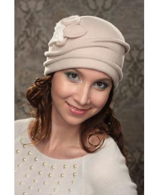 Женская шапочка с декором ввиде розы