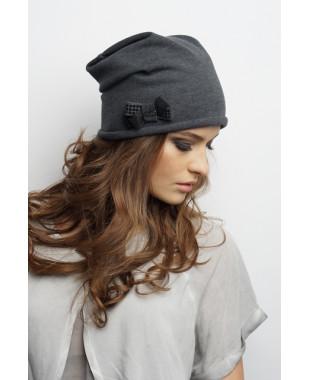 Женская трикотажная шапочка мягкой формы с бантиком