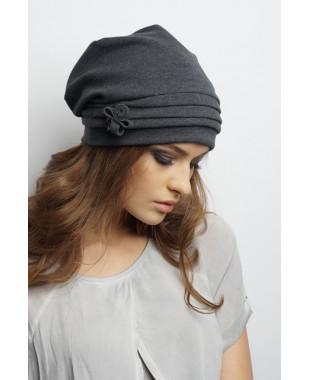 Женская трикотажная шапочка мягкой формы с внутренними защипами