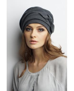 Женская трикотажная шапочка мягкой формы с внутренними защипами и бантиком