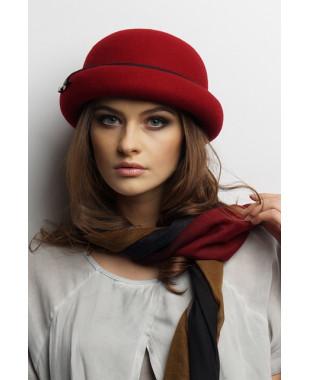 Женская шляпка из фетра с полями и лейблом