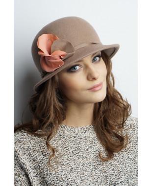 Женская шляпка из фетра с цветком