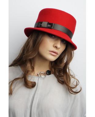 Женская шляпка из фетра с атласным пояском