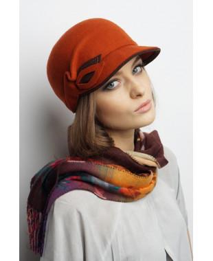 Женская кепка из фетра с двухцветным декором