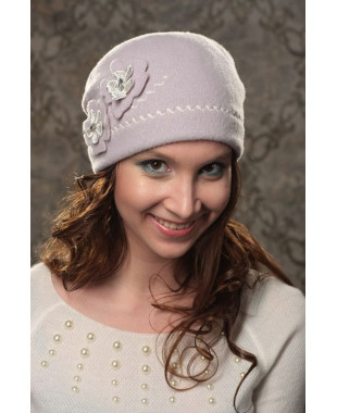 Женская шапочка мягкой формы с декоративной строчкой