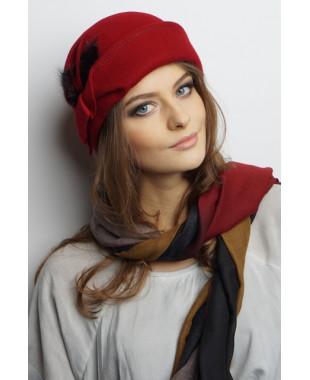 Женская шапочка из фетра с отворотом и меховым декором