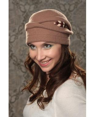 Женская шапочка с композицией из кристаллов