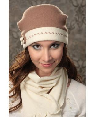 Женская шапочка мягкой формы с цветным околышем