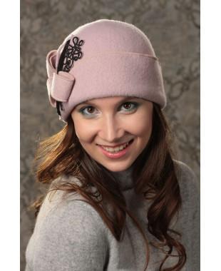 Женская шапочка с композицией из кружева