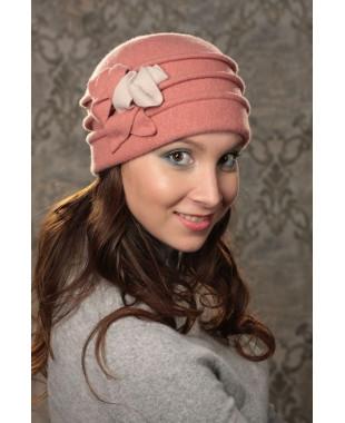 Женская шапочка с розами по спирали
