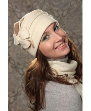 Женская шапочка с двухцветным декором