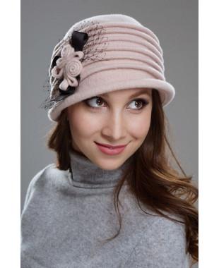 Женская шляпка с защипами и композицией из тесьмы и сетки