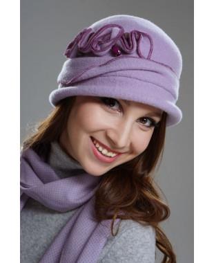 Женская шляпка с отворотом и декором под обметку