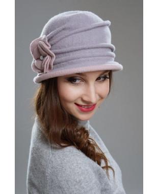 Женская шляпка с защипами и плоским цветком