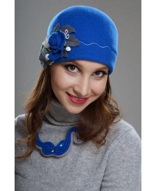 Женская шапочка с декором из фильца